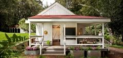 แบบบ้านไม้ชั้นเดียวสีขาวขนาดเล็กที่ออกแบบได้อย่างน่ารักและน่าอยู่